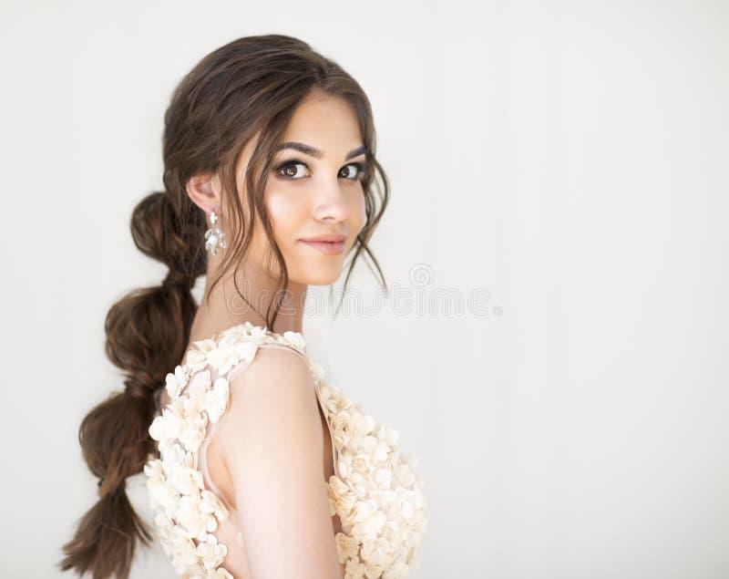 Porträt schöner junger brunett Frau lizenzfreie stockbilder