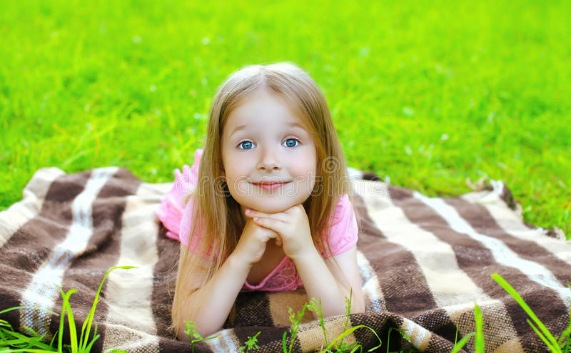 Porträt schönes Kinderdes lügenc$stillstehens des kleinen Mädchens stockfotos