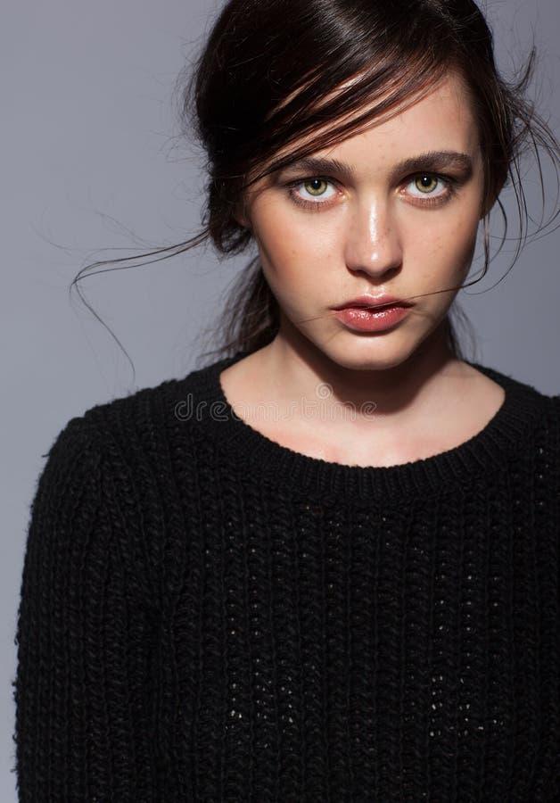 Porträt Schönheit des jungen Brunette-Frauenporträts im schwarzen fashio stockbild