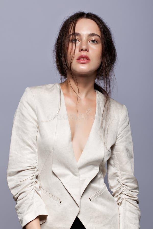 Porträt Schönheit des jungen Brunette-Frauenporträts im weißen fashio stockbilder