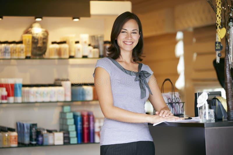 Porträt-Schönheits-Produkt-Shop-Manager stockfotografie
