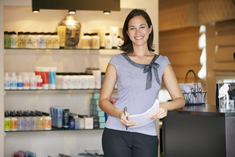 Porträt-Schönheits-Produkt-Shop-Manager stockbild