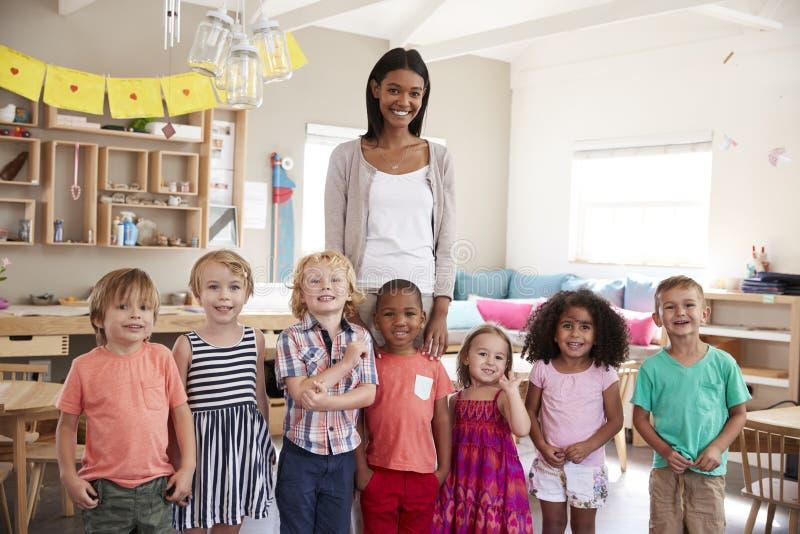 Porträt Schuldes klassenzimmers Lehrer-With Pupils Ins Montessori lizenzfreie stockfotos