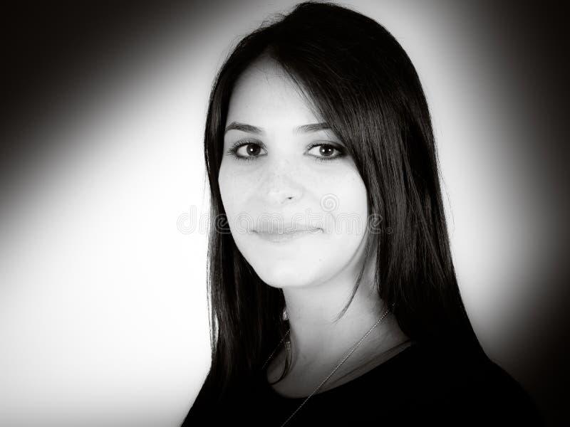 Porträt in Schwarzweiss einer jungen Frau des reizend Brunette lokalisiert auf weißem Ba lizenzfreie stockfotos