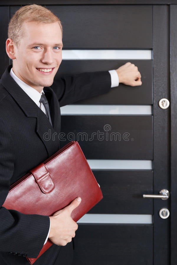Porträt Verkäufers des von Haustür zu Haustür stockfoto