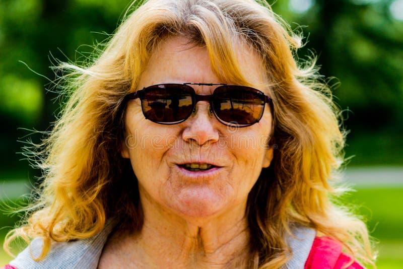 Porträt von ältere Frauen alterte 60 bis 70, das Sonnenbrille draußen trägt schöne ältere Frauen, das ausdrückt stockfoto