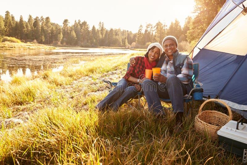 Porträt von älteren Paaren auf Autumn Camping Trip lizenzfreie stockfotografie