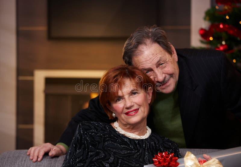 Porträt von älteren Paaren am Weihnachten lizenzfreie stockfotografie