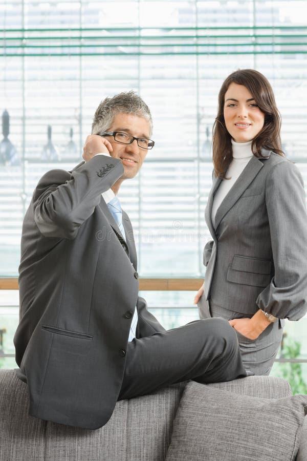 Porträt von überzeugten Geschäftsleuten in der Klage stockfoto