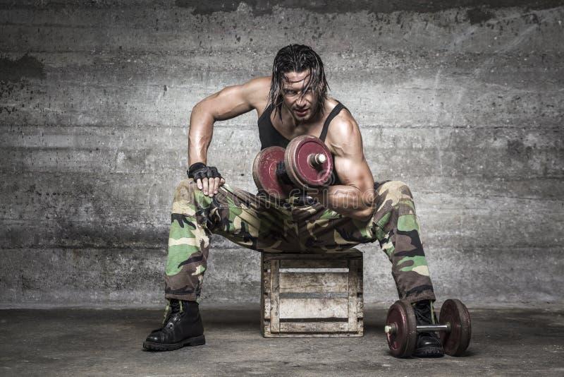 Porträt von anhebenden Gewichten des aggressiven Muskelmannes lizenzfreie stockfotos