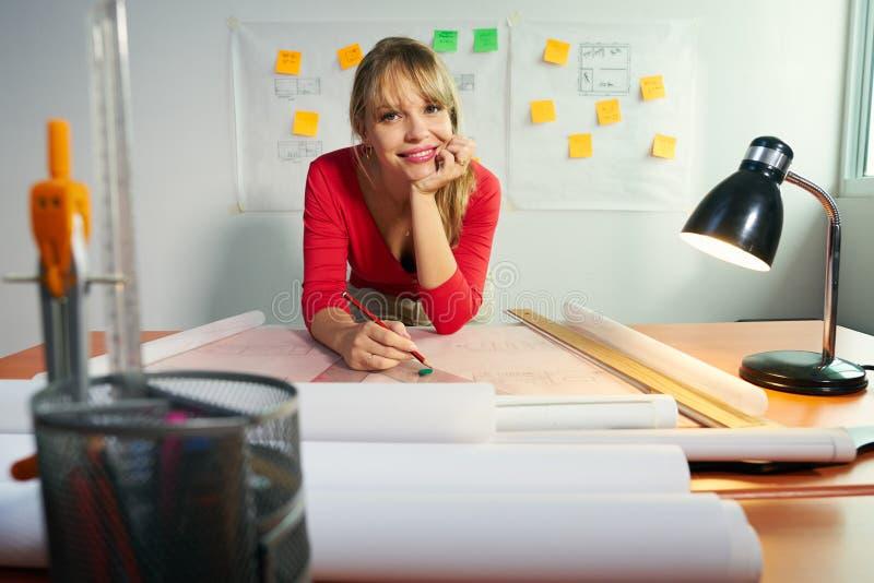 Porträt 3 von Architekten-College Student With-Projekt, das an lächelt stockbilder