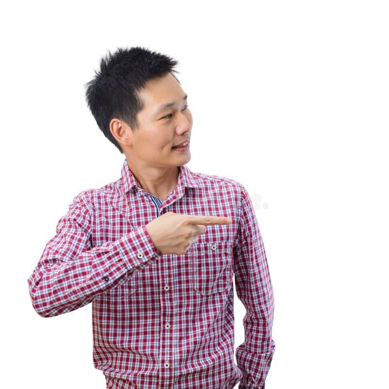 Porträt von asiatischen Mannpunkten mit dem Finger rechts Kamera auf weißem Hintergrund stockbild