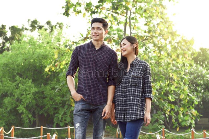 Porträt von asiatischen Paaren in der Liebe, die auf den Park geht stockfotografie