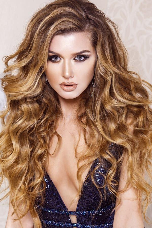 Porträt von attraktiven Blondinen mit dem gewelltem langem Haar und Brigg lizenzfreies stockfoto