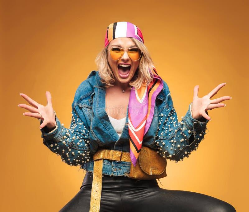 Porträt von aufgeregten Blondinen mit buntem Kopftuch lizenzfreie stockfotos