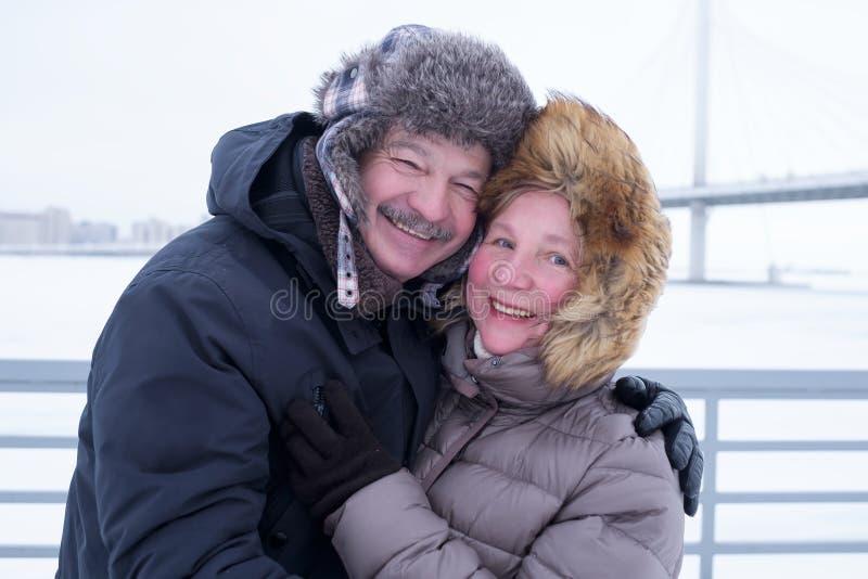 Porträt von den älteren Paaren, die Spaß draußen im Winter haben stockfotografie