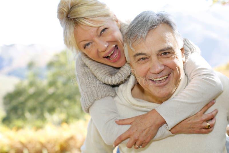 Porträt von den älteren Paaren, die Spaß haben lizenzfreies stockbild