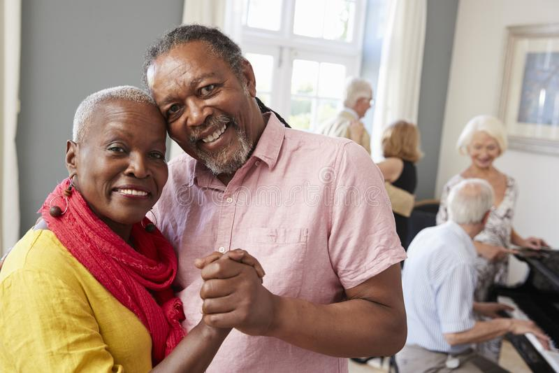 Porträt von den älteren Paaren, die zusammen Tanzen-Verein genießen stockfotos
