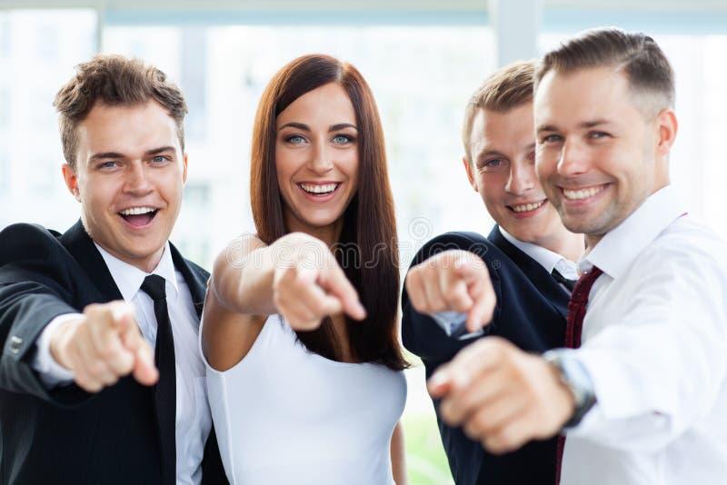 Porträt von den aufgeregten jungen Geschäftsleuten, die auf Sie zeigen stockfotografie