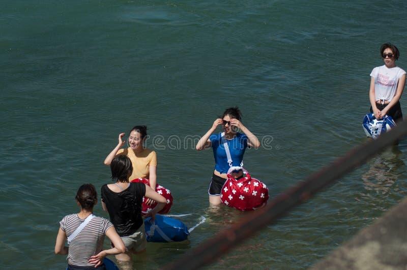 Porträt von den chinesischen Touristen, die im Rhein in Basel die Schweiz stehen lizenzfreie stockbilder