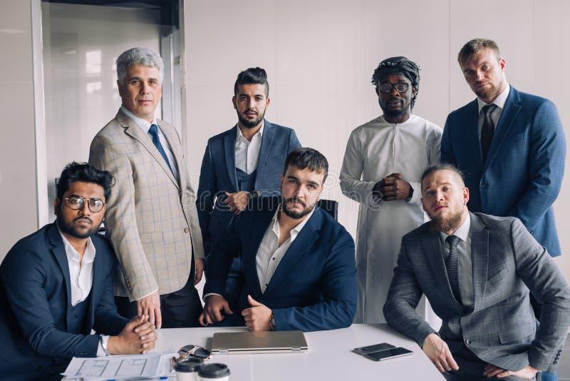Porträt von den Geschäftsleuten, die sich nur um Tabelle im Büro treffen stockfotografie