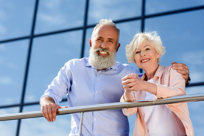 Porträt von den glücklichen älteren Paaren, die Kamera bei der Stellung betrachten stockbild