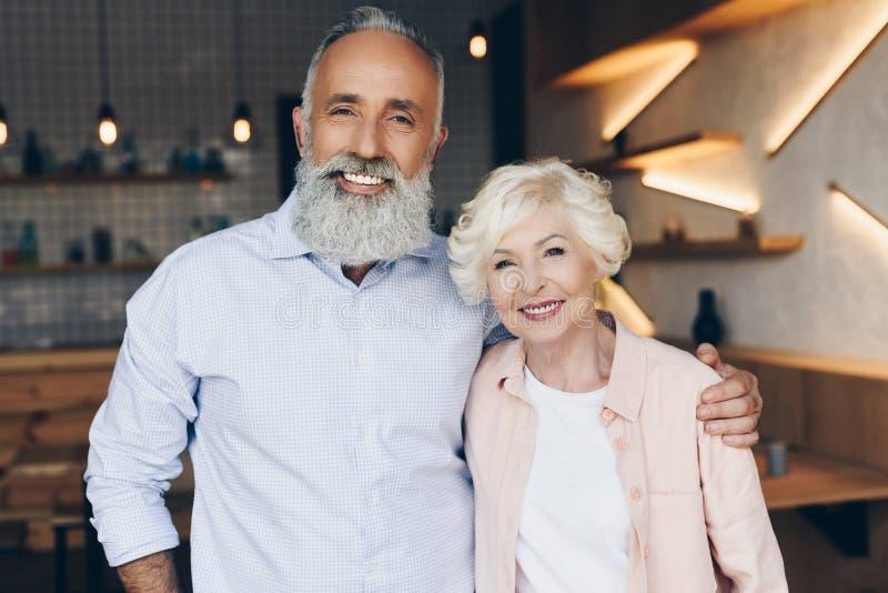 Porträt von den glücklichen älteren Paaren, die Kamera betrachten stockbilder
