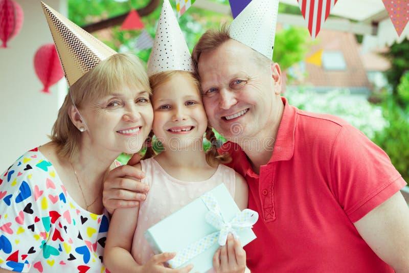 Porträt von den glücklichen Großeltern, die Geburtstag mit ihrem p feiern stockfoto