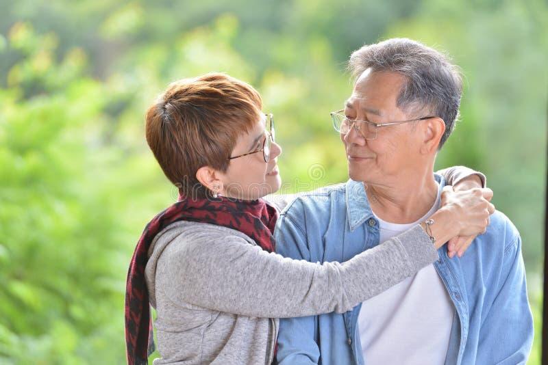 Porträt von den glücklichen romantischen älteren Paaren im Freien stockbild
