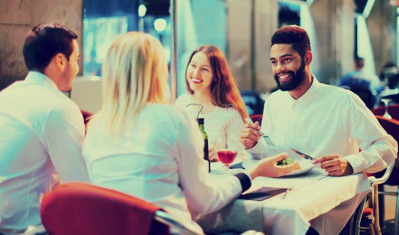 Porträt von den glücklichen und lächelnden Erwachsenen, die zu Abend essen lizenzfreie stockfotografie