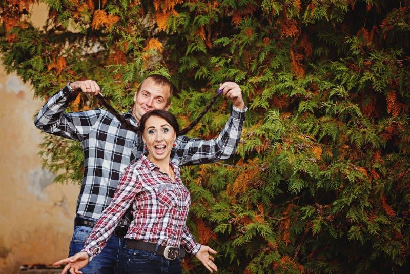 Porträt von den jungen Paaren des glücklichen Spaßes, die im Herbst umfassen, parken lizenzfreie stockfotos
