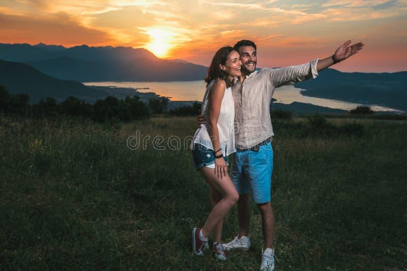Porträt von den jungen Paaren, die gute Zeiten in der Natur hinter ihnen haben, ist ein schöner Sonnenuntergang stockfoto