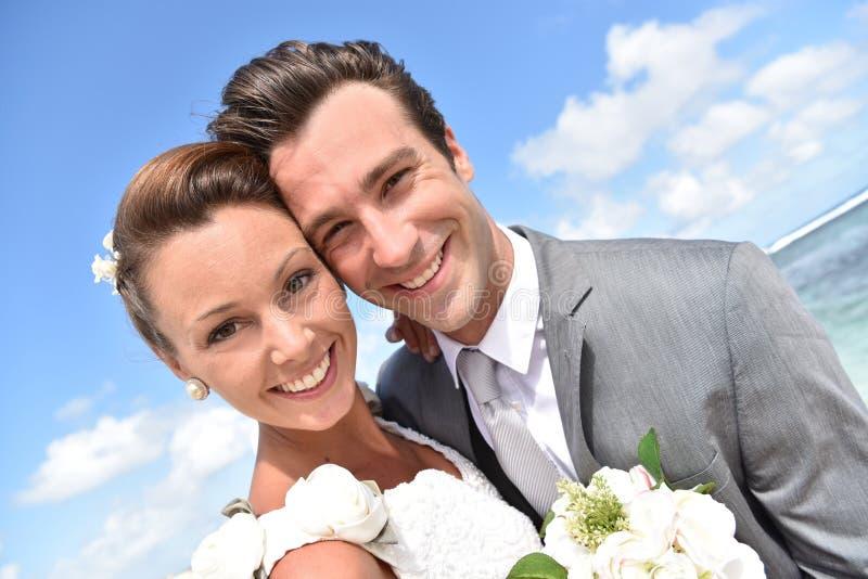 Porträt von den Jungvermählten, die glücklich sind lizenzfreies stockfoto