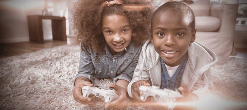 Porträt von den Kindern, die Videospiele spielen stockfotografie
