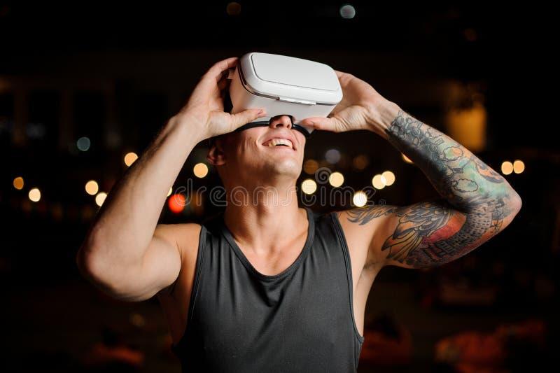 Porträt von den Mann- und vrgläsern, die ein aufregendes Spiel spielen Konzept der Zukunft lizenzfreies stockbild