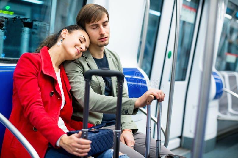 Porträt von den Metropassagieren, die in den Autositzen und -c$lächeln sitzen lizenzfreie stockfotografie