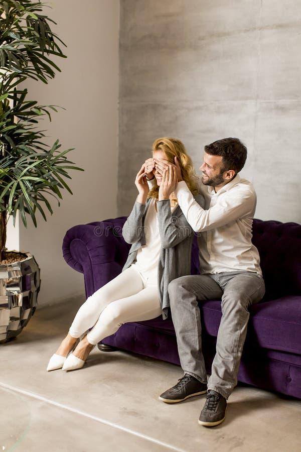 Porträt von den netten Paaren, die im Sofa sitzen stockbild