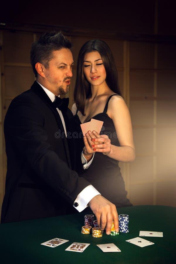 Porträt von den Paaren überzeugt hinsichtlich des Sieges im Poker lizenzfreie stockbilder