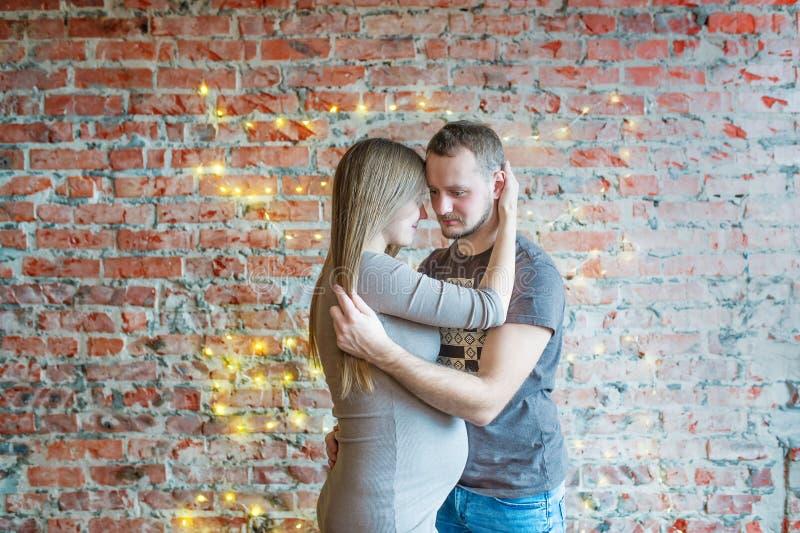 Porträt von den Paaren, die, Frau schwanger umfassen stockfoto