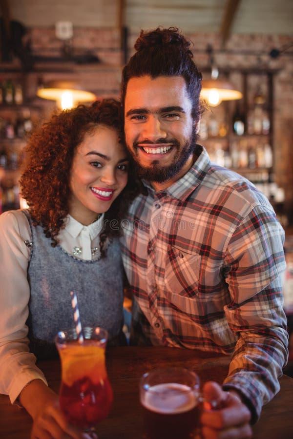Porträt von den Paaren, die sich umfassen stockbild
