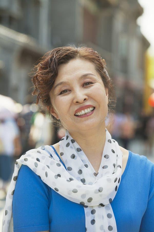 Porträt von den reifen Frauen, die draußen, Peking lächeln lizenzfreie stockfotos