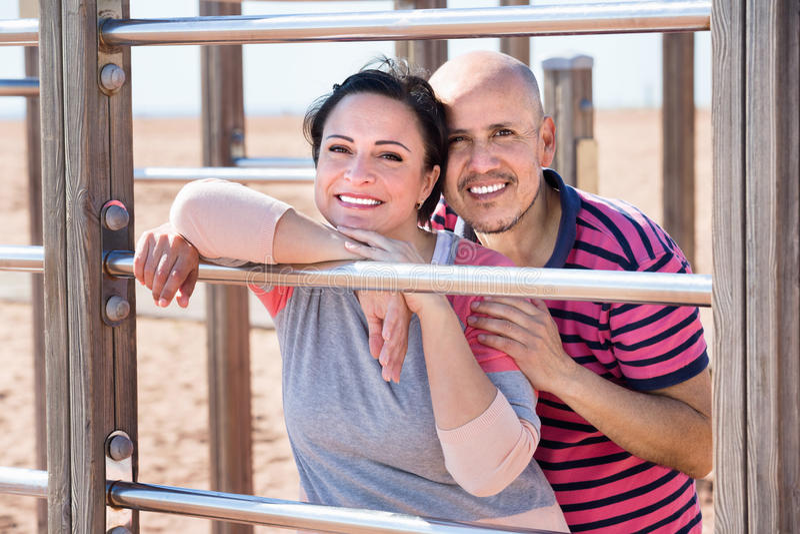 Porträt von den reizend Paaren, die draußen umfassen lizenzfreies stockfoto