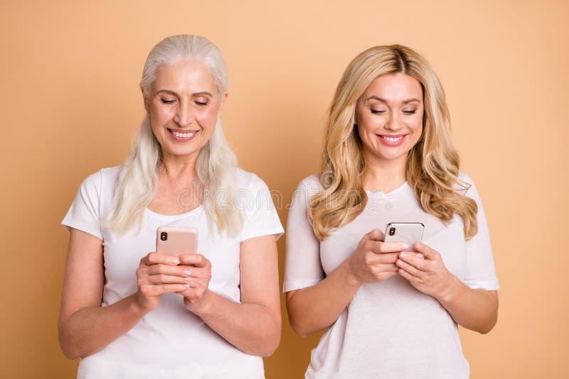Porträt von den schön aussehenden reizenden anziehenden attraktiven reizend netten süßen hübschen netten heitren Damen, die weiße lizenzfreies stockfoto