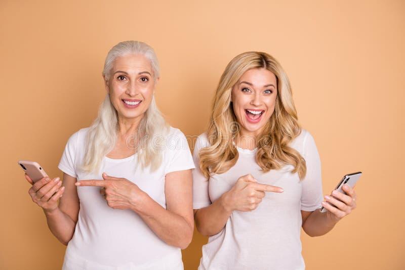 Porträt von den schön aussehenden reizenden attraktiven reizend netten netten heitren frohen Damen, die weißes T-Shirt Vertretung lizenzfreie stockbilder