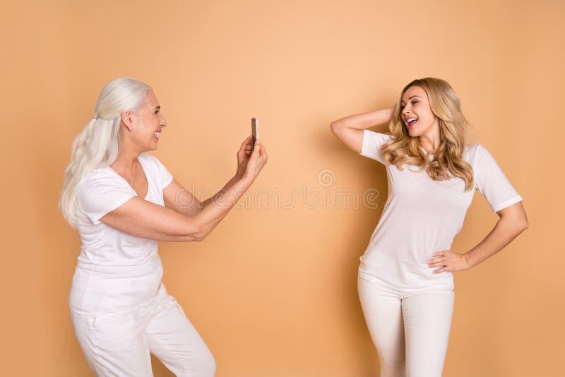 Porträt von den schön aussehenden reizenden entzückenden schlanken attraktiven reizend netten netten Damen, die weiße T-Shirt Aus lizenzfreie stockfotografie