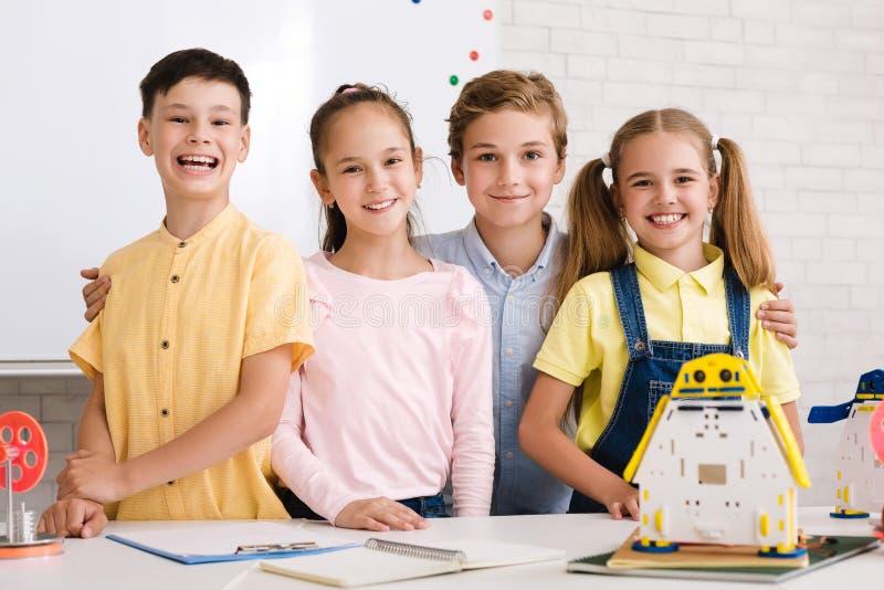 Porträt von den Schülern, die Roboter in der nach der Schule Stammklasse errichten lizenzfreie stockfotografie
