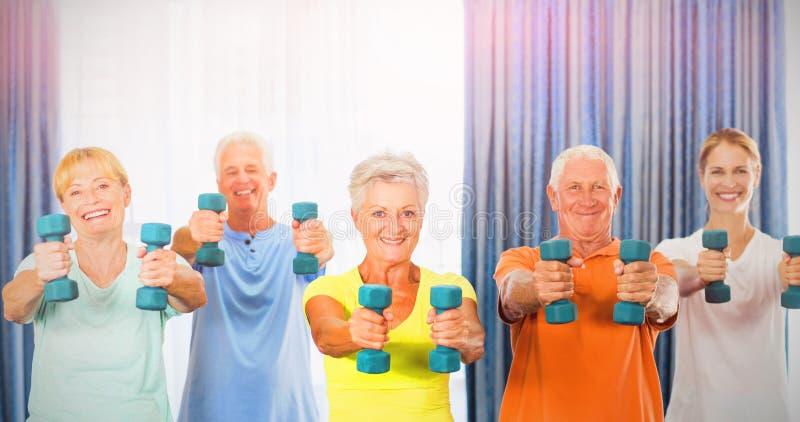 Porträt von den Senioren, die mit Gewichten trainieren stockfoto