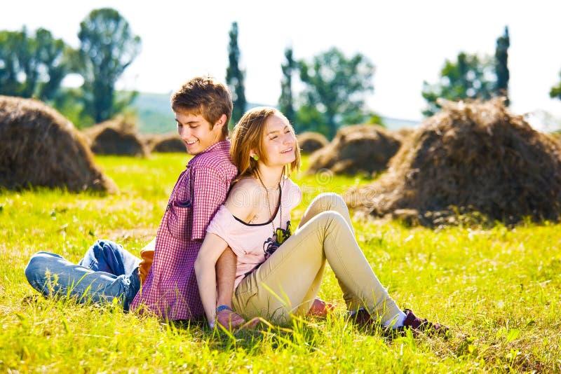Porträt von den spielerischen jungen Liebespaaren, die Spaß haben lizenzfreie stockbilder