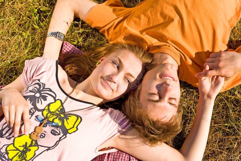 Porträt von den spielerischen jungen Liebespaaren, die Spaß haben lizenzfreies stockfoto