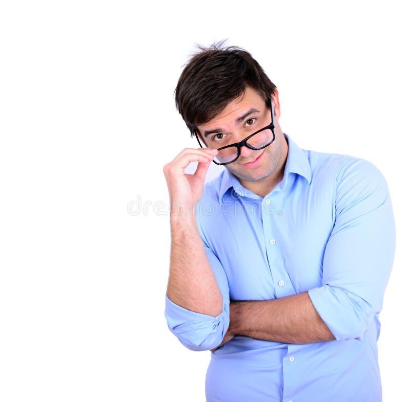 Porträt von den tragenden Modebrillen des gutaussehenden Mannes an lokalisiert lizenzfreies stockbild